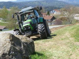 Traktor vor Felsenn